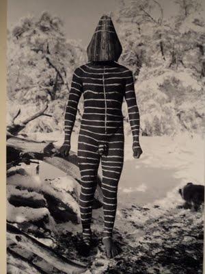 Ulén, quien juega con su doble para divertir a las mujeres. Foto de Martin Gusinde, 1923. Pueblo aborigen de la Isla Grande de Tierra del Fuego