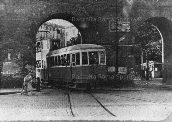 Tram dei Castelli a Porta San Giovanni. Una imperiale traina un rimorchio a due assi nel periodo in cui non esisteva quasi distinzione tra servizio urbano ed extraurbano Anno: 1940