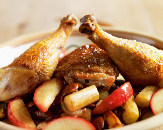 Ovnstegte kyllingelår med bagte kartofler og jordskokker og råkost af gulerod og æble