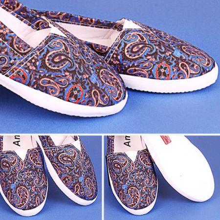 <strong>ویژگی های کفش پارچه ای ترنج</strong><em>کفش ترنج پارچه ای گلدار</em><em>تابستانه، زیبا ، شاد و راحت</em><em>مناسب برای همه روزهای گرم تابستانی </em><em>بدنه کفش از جنس پارچه</em><em>زیره کفش پلاستیک فشرده </em><em>طرحی زیبا و چشم نواز</em>