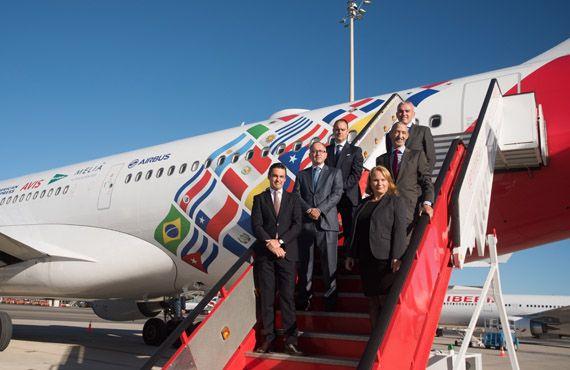Avion conmemorativo de Iberia carga con las banderas de los mas importantes destinos en Latinoamerica.