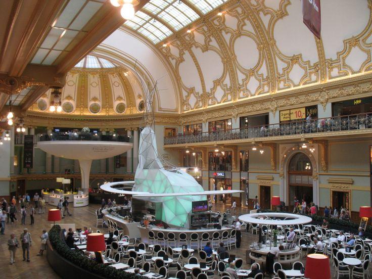 De prachtig gerenoveerde Stadsfeestzaal vol spiegels en gouden verf.