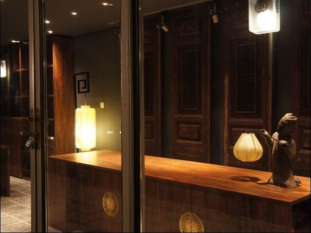 Traditional Chinese detailing and decoration in the interior with high-tech service would be considered as top luxury.