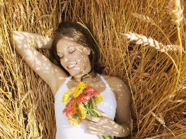 Con un fresco bouquet di gerbere, il matrimonio avrà una vivace ventata di colore. Gli abbinamenti consigliati? Allegria e semplicità con le gerbere bianche e arancioni: aggiungi qualche ramo di profumato mughetto oppure lilium bianchi. Effetto total white con gerbere bianche, qualche bocciolo di rosa dalle sfumature chiarissime e orchidee. #whiteweddingitaly #bouquetgerbere #gerbere #bouquet #sposa