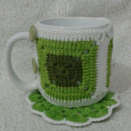 Capa de caneca e porta copos de crochê em tons de Verde.