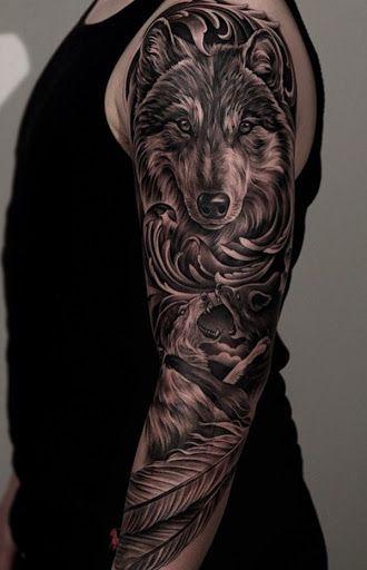 Um majestoso olhando manga da tatuagem. A tatuagem mostra um rosto de um lobo que está aparentemente pronto para um ataque e tem muita determinação n o nos olhos. Abaixo estão mais dois lobos se engajar em uma batalha feroz por superioridade.