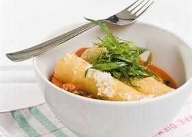 Canneloni gevuld met kip, fijne groentjes en een pittig tomatensausje met spinazie