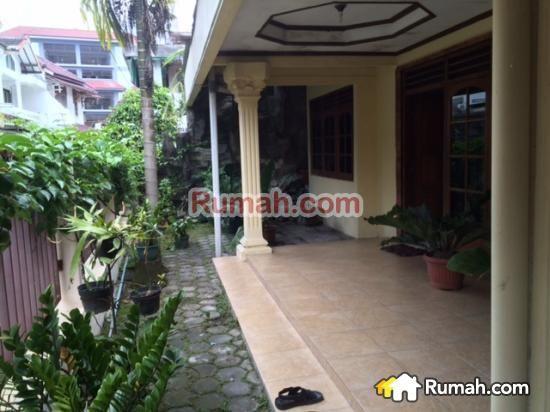 Spesifikasi : Luas tanah 339 m Luas bangunan 360 m  Rumah Induk 3 kamar tidur 2 kamar mandi Ruang tamu Ruang keluarga Ruang makan  Dpr Garasi  Kost 12 kamar kost 4 kamar mandi  Harga 2.6M  Yasmin PropertyToday : 0877 1722 1999 >>>>>>>>> : 0812 2988 7736   PropertyToday Inc. Berpengalaman 14 tahun melayani pasar jual beli properti di Indonesia. Layanan opsional: - Konsultan Marketing Properti - Konsultan Developer - Konsultan Arsitek - Kontraktor Bangunan  - Jasa Pe...