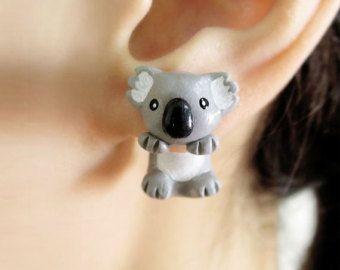 Ces amusement et adorable hippopotame mord boucles d'oreilles parfaitement s'adapter sur vos lobes. Ces boucles d'oreilles peuvent être un grand cadeau ! Très unique !  Cette paire de boucles d'oreilles est réalisée en pâte polymère et finie avec un vernis. Nos boucles d'oreille sont des tiges en acier chirurgical. La poste de boucle d'oreille est intégrée dans la base pour une meilleure durabilité. Elles sont faites pour oreilles percées normalement.  La mesure de chaque article est environ…