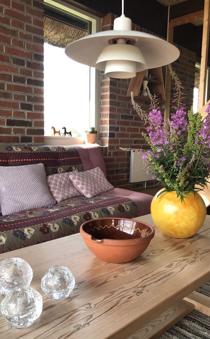 Elsker den gule vase med sommerblomster i mit sommerhus.