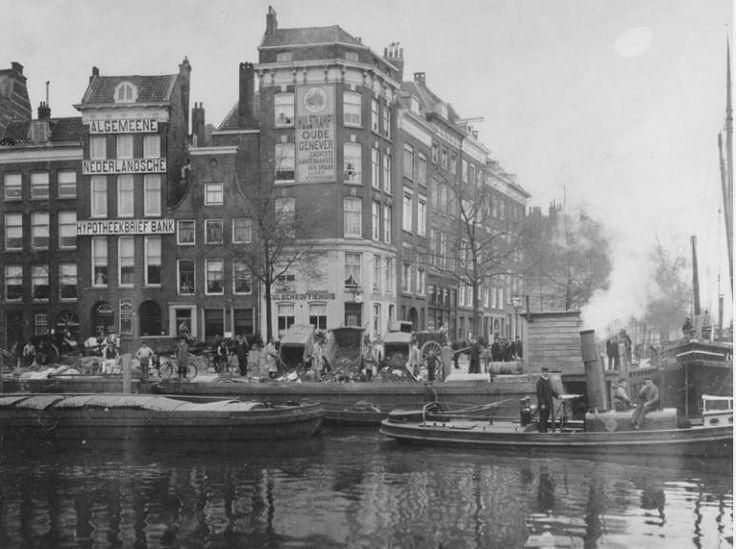 Een vuilnisstortplaats aan de Wolfshoek in 1904. Het water op de voorgrond is de Leuvehaven en rechts kijk je naar de Wijnhaven. Vlakbij deze plek vind je nu Plein 1940, het gebouw de Coopvaert, het Maritiem Museum en een gebouw van de Hogeschool Rotterdam.