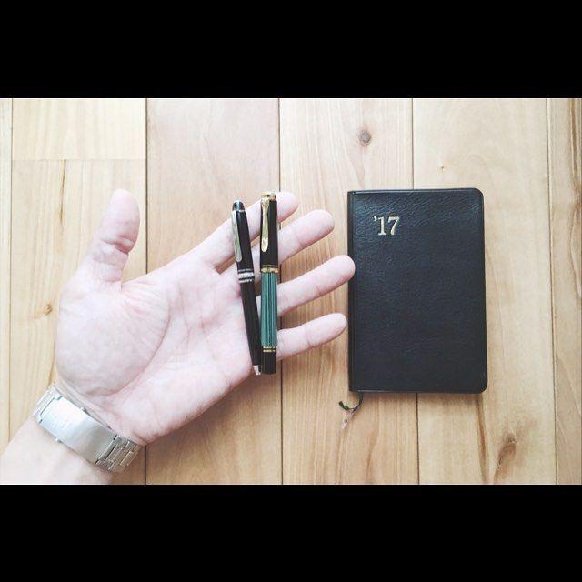 小さなペン。モーツァルトとM300。 手は小さい方です。 ガキの頃から手相が変だなぁと思ってました。 生命線と頭脳線の起点が離れてる 「離れ型」とか「KY線」 と言われるタイプだそうです。 両手共バッチリ離れてます。 そんな変わったヤツですがヨロシクお願いします。 ・ #能率手帳 #能率手帳小型版 #手帳 #モンブラン #マイスターシュテュック #モーツァルト #ボールペン #モンブランボールペン #montblanc #montblancpen #pelikan #pelikanm300 #ペリカン #ペリカン万年筆 #ペリカンM300 #万年筆 #fountainpen #離れ型 #ky線 #手相