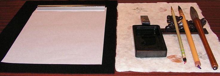 Japanische Kalligraphie - Shodo. Die Schreibpinsel (Fude) sind die wichtigsten Werkzeuge für Shodo. Sie bestehen aus Haaren verschiedener Tiere und einem Bambus- oder Holzstift. Pferde-, Marder- und Hirschhaare haben starken Widerstand und eine hohe Biegsamkeit, um kräftige Kanji optimal schreiben zu können. Im Vergleich dazu sind Schaf- und Katzenhaare sehr weich. Die sind zum Schreiben für sanfte Hiragana oder für Tuschmalerei sehr gut geeignet.
