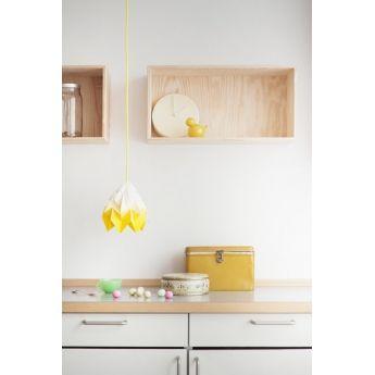 Suspension Moth - Dégradé jaune - Ø20cm - Snow Puppe la suspension Moth gradient jaune de Snow Puppe apportera un petit rayon de soleil dans votre intérieur. Elle vous offre un joli dégradé qui tire du blanc au jaune clair. Une fois la lumière allumée, vous aurez l'impression d'observer un coucher de soleil. Ce dernier sera magnifié par le fait que des jeux de lumière se créent au travers des plis de l'origami.