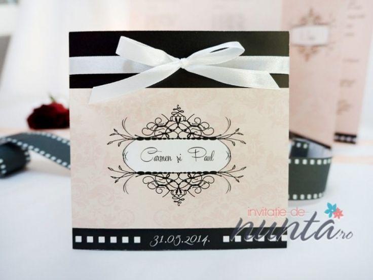 Invitatie de nunta din carton mat, cu design in nuante de roz si negru. Invitatia este cu tematica film, avand pe coperta un design floral discret si un chenar cu numele mirilor. Invitatia de pliaza pe verticala, iar in interior se tipareste textul pe partea stanga, in partea dreapta fiind printata poza celor doi miri. Invitatia se leaga cu o fundita subtire din satin alb.  Dimensiuni: 13 x 13 cm  Invitatia nu are si nu necesita plic.  *Invitatia poate fi personalizata in functie de…