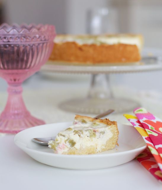 Fresh and not-too-sweet quark pie can be made out of anything. This time with rhubarb. Ihanan helppo ja raikas raparperi-rahkapiirakka