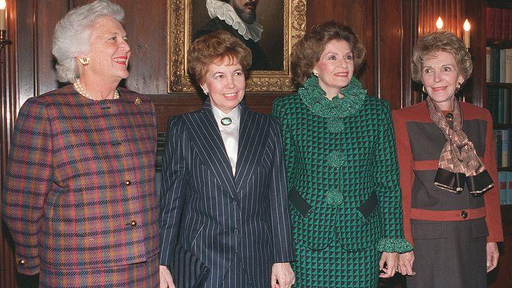 Первые леди Барбара Буш, Раиса Горбачёва, Марсела де Куэльяр (супруга генсека ООН Хавьера Переса де Куэльяра) и Нэнси Рейган в резиденции генерального секретаря ООН, июль 1988 года.