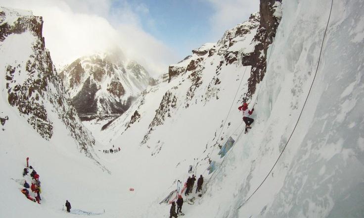 Increíbles escalada de una cascada congelada en Aysén, Chile