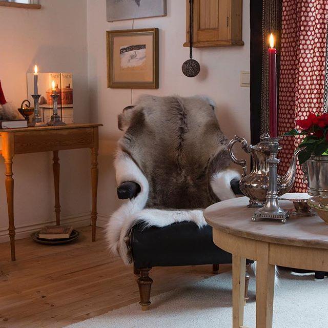 Ruggigt väder och mörkt ute. Idag hade vi gärna kurat in oss i Gunillas hemtrevliga vardagsrum, så vackert och stämningsfullt julpyntat. 🎄💫🎁Se hela julhemmet i Nr 6, Foto: Pernilla Wästberg. #hemochantik #inredning #gammaltochnytt #julpynt #inspiration