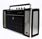 Lote 4219 - Rádio Gira-Discos National modelo Solid State, gira-discos incorporado na parte frontal. Fabricado no Japão com a referência: SG-765.Peça Vintage a funcionar. Dim: 26 x 50 x 12,5 cm.