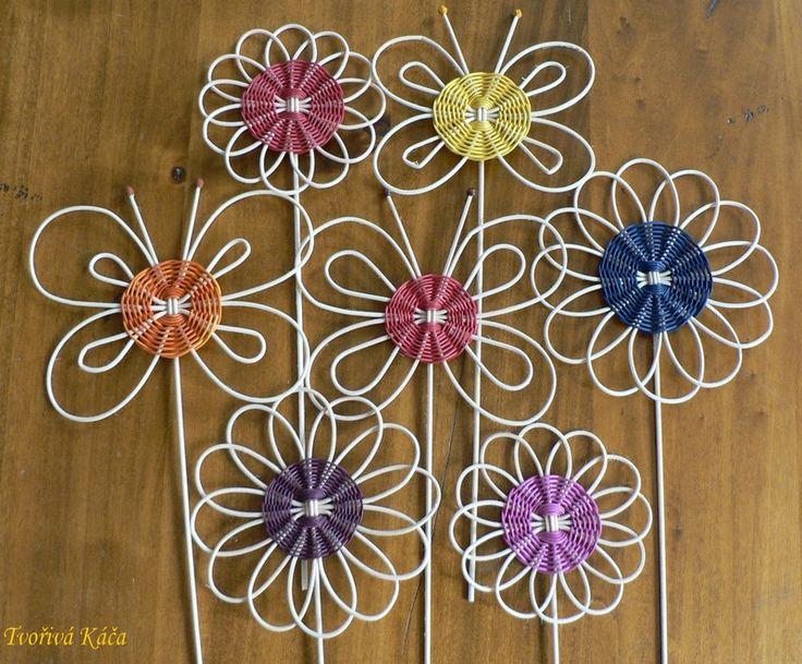 Zápichy do květináčků Pedigové zápichy ve tvaru kytičky nebo motýlka, upevněné na špejli. Oživí Vaše květináče! Rozměr kytičkya motýlka cca 15 -20 cm. Zápichydodám v různých barvách dle Vašeho přání! Prosím upřesněte o jakou barvu máte zájem, jinak pošlu výběr dle aktuální dostupnosti.