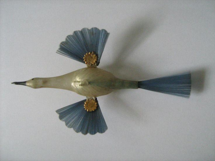 Alter Christbaumschmuck, Glas um 1910   eBay  EUR 245,00[ 1 Gebot ] Wunderschöner, sehr früher unverspiegelter Schwirrvogel mit blauen Schwingen und einem Haken zum Aufhängen. Länge ca. 15 cm, Spannweite 8 cm. Löse meine Sammlung nach und nach auf.