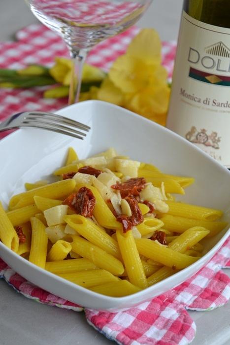 pasta fredda alla curcuma con pomodori secchi, pecorino e mandorle