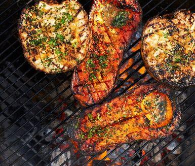 Våga vego på grillen! Helgrillad rotselleri och pumpa som penslas med schalottensmör under tiden de grillas för att maximera smakerna. Servera de nygrillade grönsakerna med sallad, färska örter och knapriga nötter.