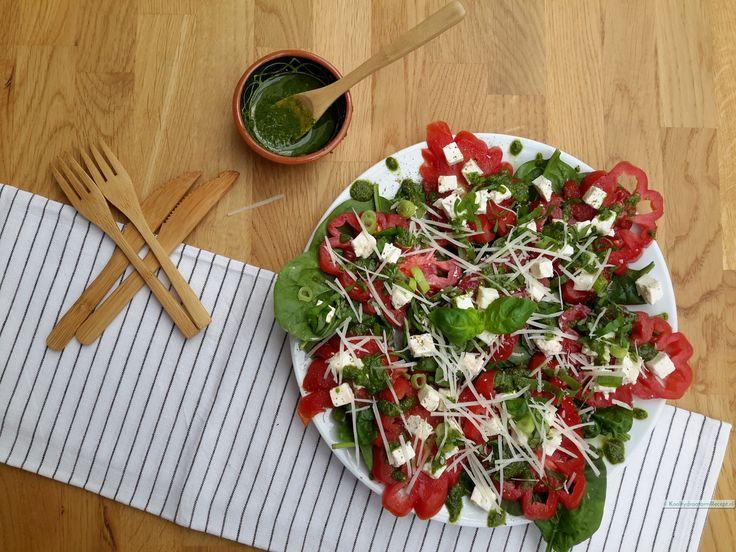 Het best gebruik je voor deze tomaten carpaccio zogenaamde Coeur de Boeuf tomaten. Dat zijn prachtige grote, fraai gevormde tomaten met dikke ribbels.
