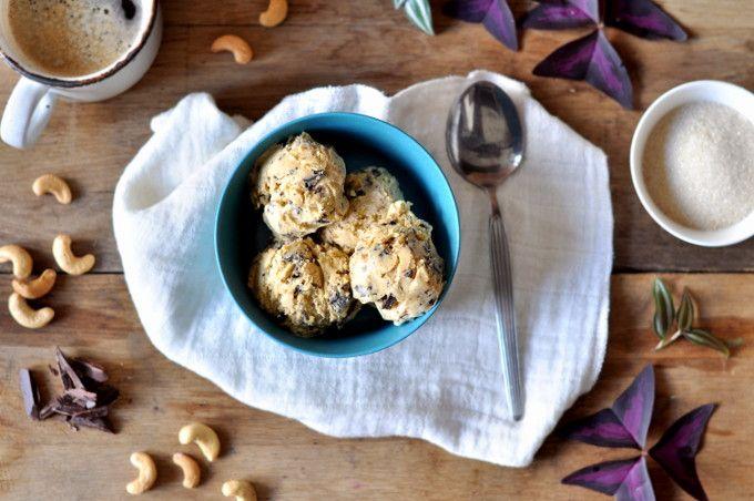 Cashewis med biter av mørk sjokolade har en mild, men deilig smak. Ved bruk av cashewsmør er den også lett å lage.