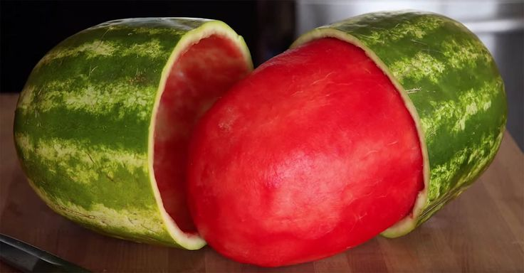 Learn how to do this awesome watermelon trick to impress your friends! Don't you hate when you have to cut up a watermelon and it always becomes a mess?This YouTuber Mark Rober shows us he we can use household items to not only let you enjoy a watermelon the right way but also shock your guests.Watc...