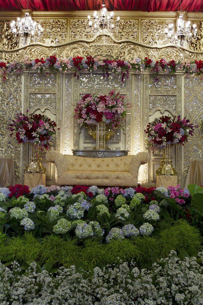 Javanese Extravagant Wedding #mawarprada#dekorasi#pernikahan#wedding#simplicity#elegant#decoration#balaisudirman#jakarta more info: T.0817 015 0406 E. info@mawarprada.com www.mawarprada.com