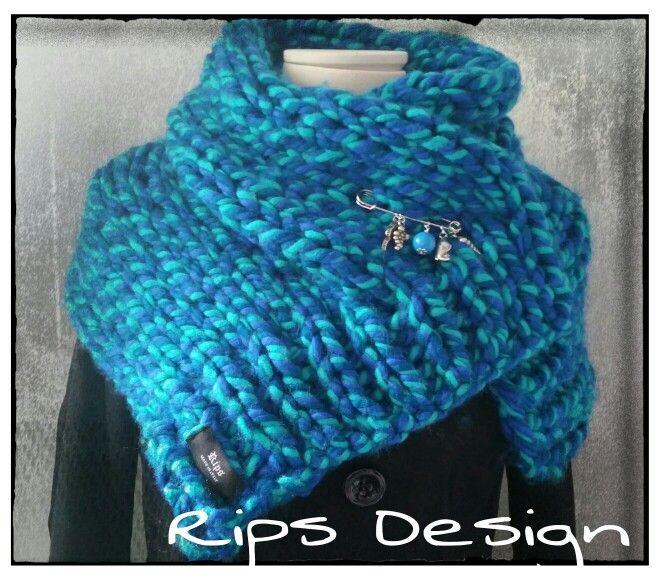 Rips Design Coprispalle in lana multicolor chiuso con spilla.