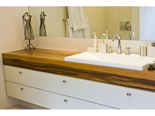 ארון אמבטיה עם חזיתות פורמייקה פשוטות. משטח מסיבי באלון גושני גונב את ההצגה.