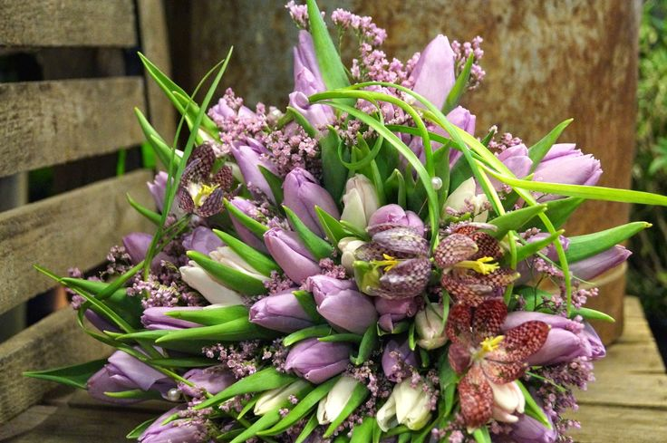 Kreativ Fryd Blomsterbinderi. Brudebukett Holmestrand, Fritillaria, Limonium og Tulipaner.