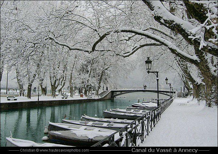 le Pont des Amours sur le canal du Vassé à Annecy en hiver