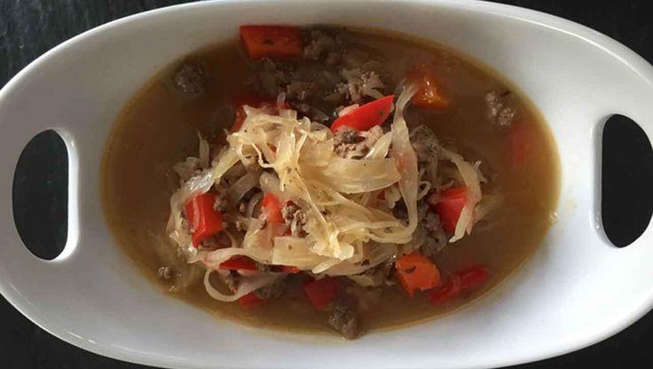 So vielseitig kann Sauerkraut sein! Die Sauerkraut Suppe schmeckt und macht ordentlich satt. Einfach, unkompliziert und schnell - so geht Kochen auch im Alltag.