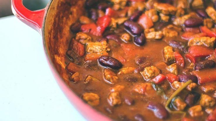 Stufato di carne di manzo, fagioli, peperoni cipolle e peperoncino per burritos