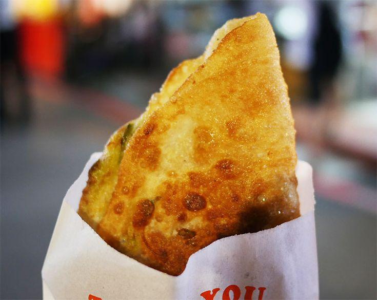 葱油餅(ツォンユーピン)は台湾が誇る人気の屋台グルメ / 路上で絶品なる味を堪能する
