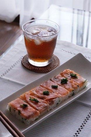 風味がマッチ♡クレソンとスモークサーモンの押し寿司レシピアイデア♡