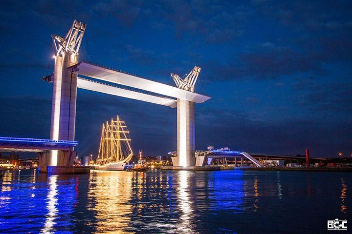 Esmeralda pasando por el puente de Rouen agosto 2015