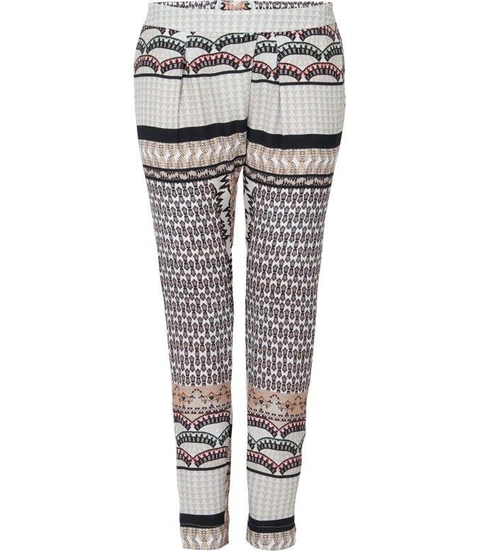 Deze zomerse broek met patchwork print heeft een stijlvolle maar comfortabele fit. Dit item is perfect voor zowel feestelijke als casual gelegenheden, met een stijlvolle zwarte top en een paar hakken of een T-shirt en zomerse flatjes.