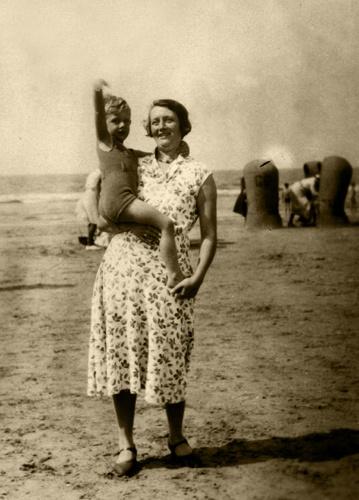 met moeder op het strand
