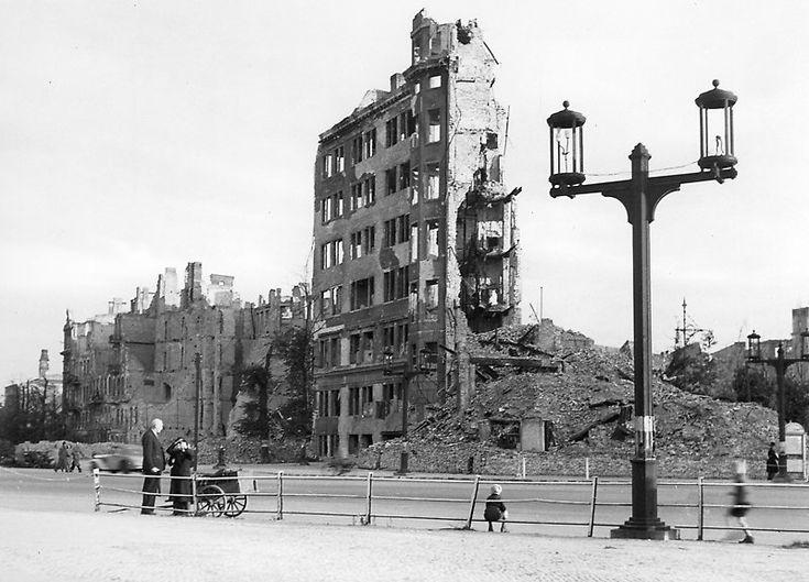"""Ernst Reuter Platz 1945 Hochhaus-Ruine """"Knie"""" (später: Ernst-Reuter-Platz). © Landesarchiv Berlin Fotograf: Wilhelm Kappelhöfer"""