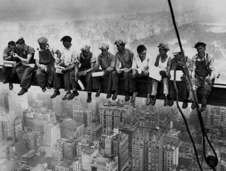 Amerika'nın en büyük sembollerinden biri de gökdelenlerdir. Günümüzde hayranlıkla bakılan bu yapıların ardında aslında büyük kriz yıllarının çaresizliği yatıyor. 1930 yıllarda başlayan büyük Amerikan Krizi yüzünden, işsiz kalan insanlar hiç bir güvenlik önemli almadan onlarca kat yükseklerde çalışıyordu. Hayata kaldıkları için mutlu olan işçiler bu fotoğrafta öğle yemeği yiyorlar. 1932 yılında New York'ta çekilen bu fotoğraf insanların çaresizlik altında nasıl yaşadıklarının en büyük ...