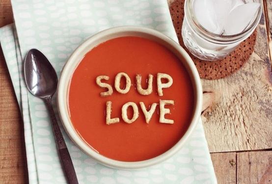 元気をつけるために、暖かいスープを飲んでね!