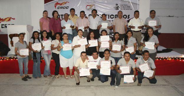 CONOCER actúa en el sector laboral, el empresarial y a nivel gubernamental, para mejorar la competitividad en México. Aquí una entrega de certificados a trabajadores.
