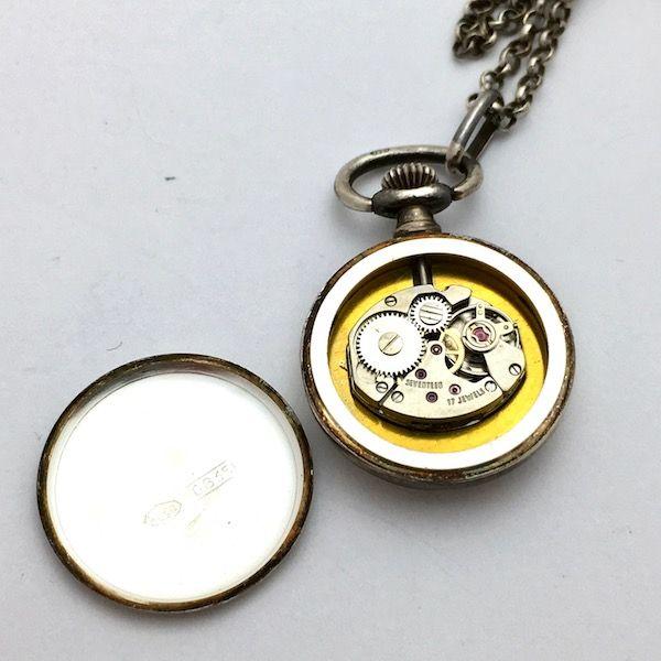 Zilveren jasseron ketting van 80 cm lang. Hanger is een dames zakhorloge van zilver met een arabische beschildering. Diameter horloge Ø 24 mm