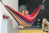 CHICO RAINBOW HÄNGMATTA  Chico Rainbow är en hängmatta i alla regnbågens färger som barnen kommer att älska!