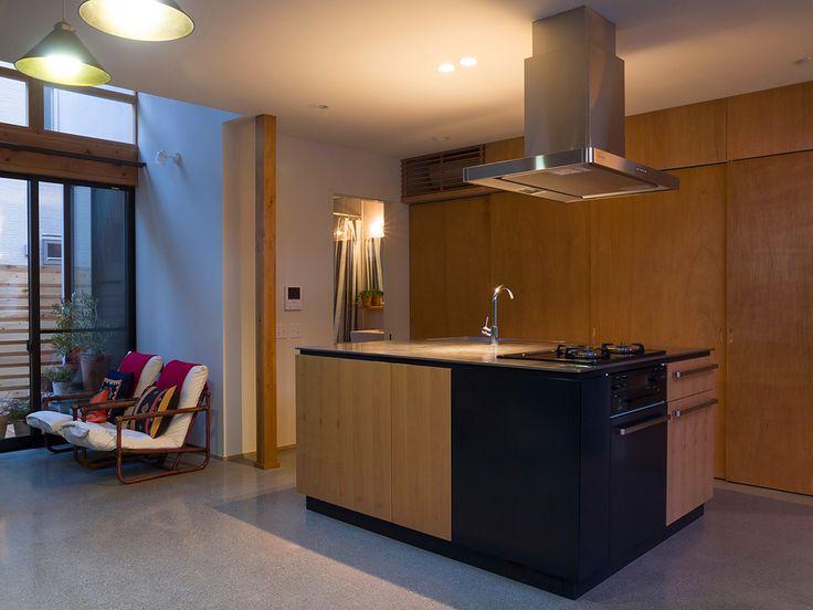 アイランドキッチン。後ろの扉は大容量の収納